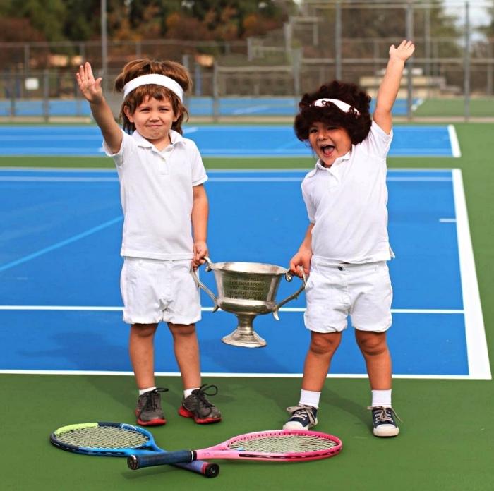 idée déguisement année 80 pour enfant, déguisement joueur de tennis des années 80 composé de shorts, t-shirt blanc et de perruque joueur de tennis années !à