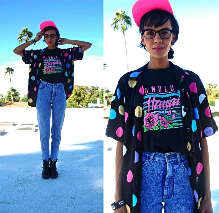 tenue année 80 avec jean vintage à taille haute, t-shirt imprimé et une chemise oversize à pois