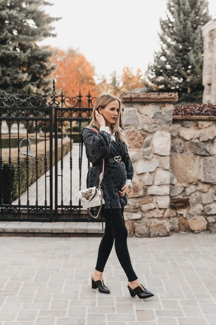 look femme enceinte stylée en pantalon slim avec chaussures à talons, idée vetement femme enceinte, modèle manteau fausse fourrure en gris anthracite