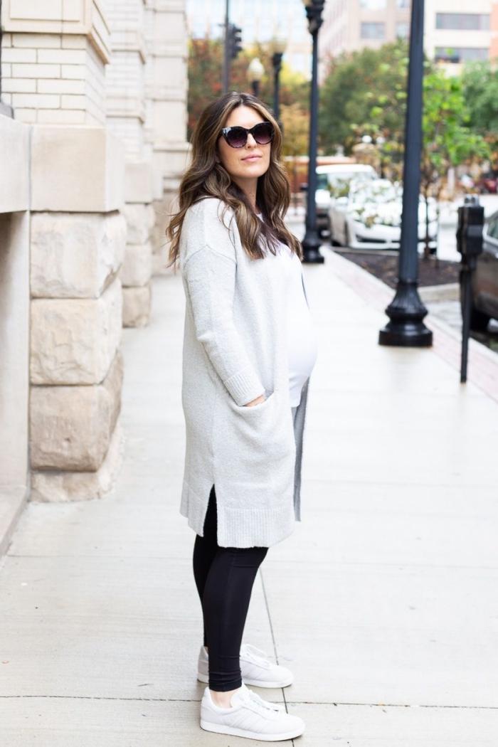 tenue grossesse de style casual chic, look femme enceinte en leggings noir avec blouse blanche et gilet long, idée vetement maternité