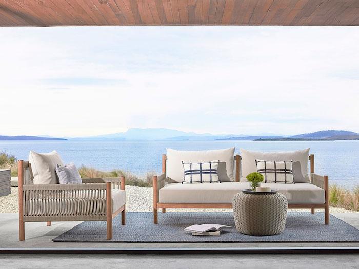 Belle vue, villa au bord de la mer, luxueux salon de jardin design, tabouret en rotin pour table basse