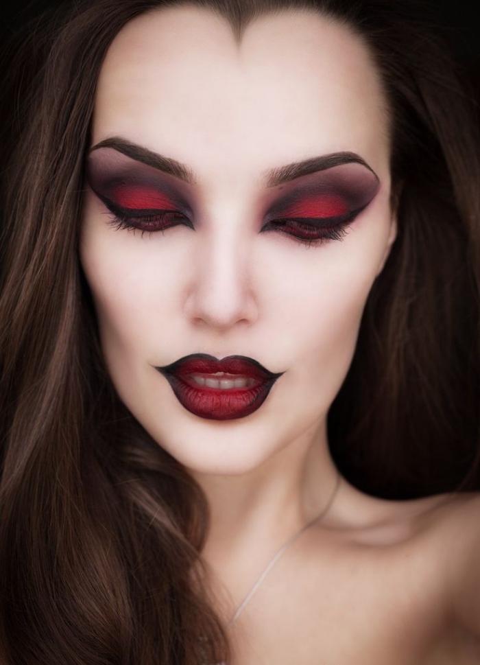technique de maquillage visage contouring avec fond de teint blanc et poudre mate, makeup yeux vampire aux fards rouge