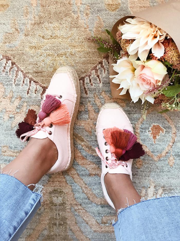 Basket roses personnalisables, idée comment peindre des chaussures, simple changement pour transformer ses chaussures, photo femme jean et basket et bouquet de fleurs