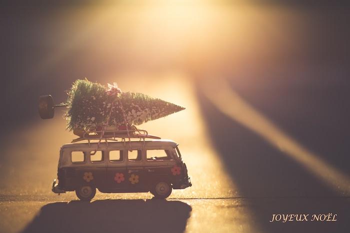 Van avec sapin de noel en top jouets, idée image joyeux noel voeux carte digitale pour dire joyeux noel