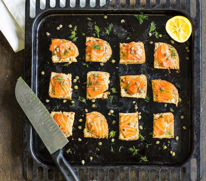 Pain et saumon grillé avec citron, toast apéritif, apero dinatoire noel idée originale et gourmande