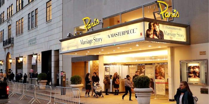 netflix reprend le Paris Theatre de NyC pour y projeter ses productions et répondre aux exigences d'Hollywood