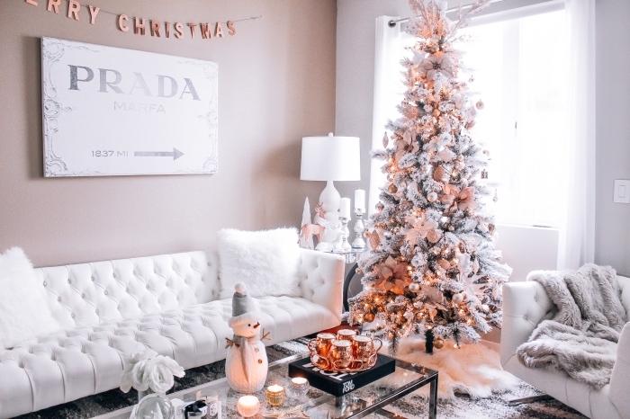 modèle de sapin de noel décoré en blanc et rose, exemple comment décorer un salon féminin sur thème fashion et glamour avec meubles et objets en blanc et gris,