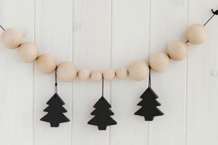 activité manuelle noel facile et rapide, fabriquer une guirlande de Noël avec perles de bois et mini figurines arbre de Noel