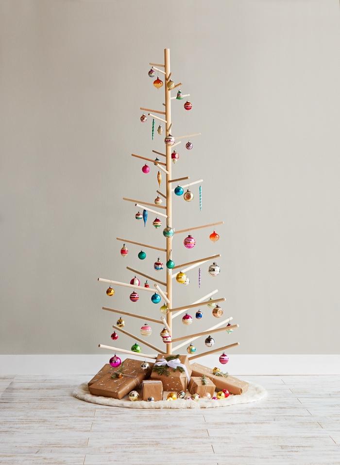idee deco sapin de noel original, modèle arbre de Noël à fabriquer soi-même avec bâtonnets de bois de différentes tailles