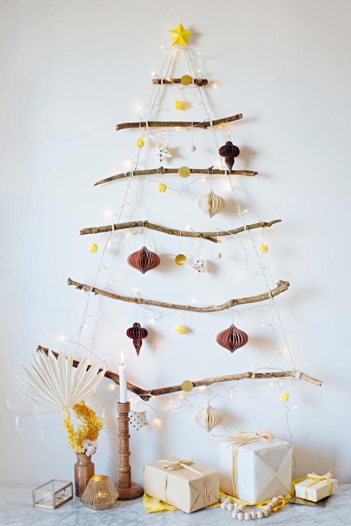 idée de sapin de noel original à fabriquer soi-même, diy suspension murale en forme de sapin en branches de bois flotté
