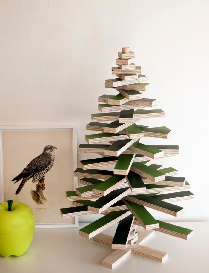 idee deco sapin de noel à réaliser soi-même à petit budget, modèle d'arbre de Noël DIY en planches de bois peintes en vert