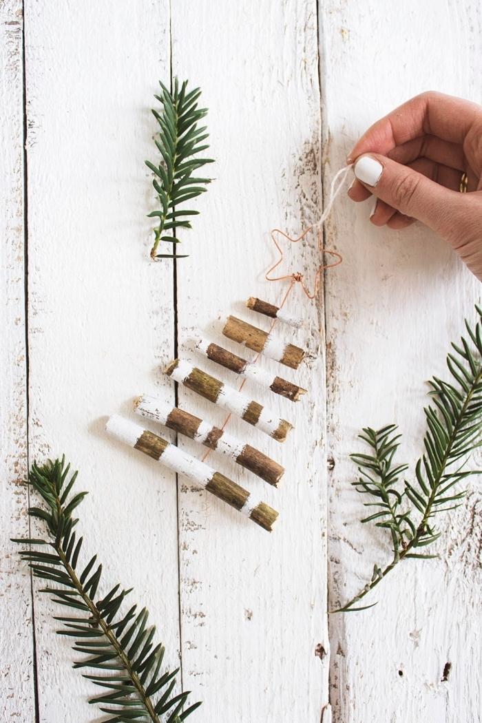 idée de décoration de noel à fabriquer en bois, modèle de mini sapin fait main avec branches de bois peintes en blanc