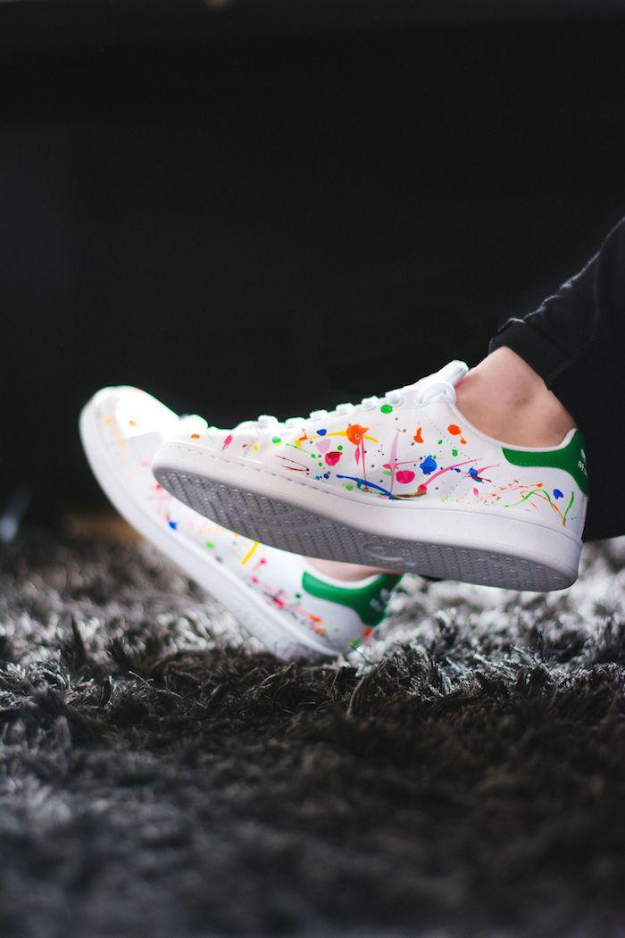 Peinture doits colorés sur adidas personnalisé, blanches baskets, avoir de la swag, idée tenue avec baskets stan smith
