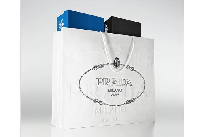 La collab Adidas X Prada se dévoile et présente une Superstar et un sac de Bowling en cuir blanc Optic