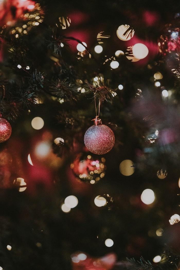 Sapin de Noël avec ornements rouges et guirlande lumineuse, joyeux noel voeux, carte digitale pour dire joyeux noel