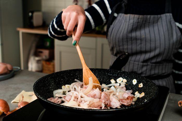 ajouter les oignons et cuire, idée repas invité du soir simple au bacon, de l ail et des oignons, recette cordon bleu blanc de poulet