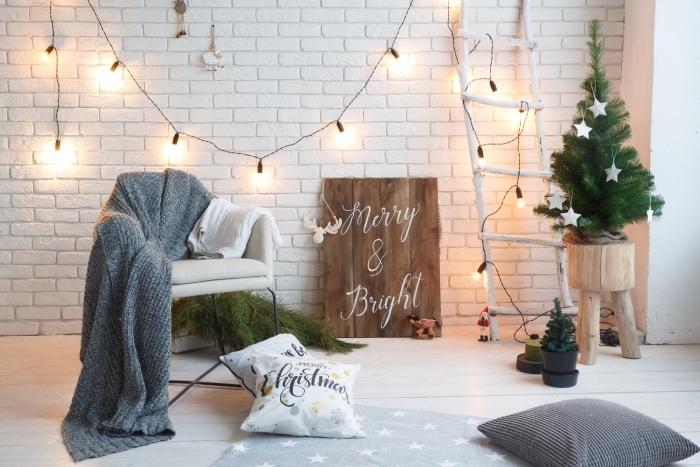 comment décorer une pièce scandinave pour Noël, modèle de mini sapin de noel décoré avec figurines étoiles blanches