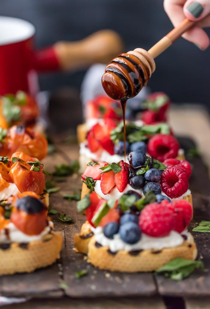 Pain baguette blanche avec fruits de foret et crème fraiche, cool idée apero dinatoire noel sucré, décoration de table de noël gourmande