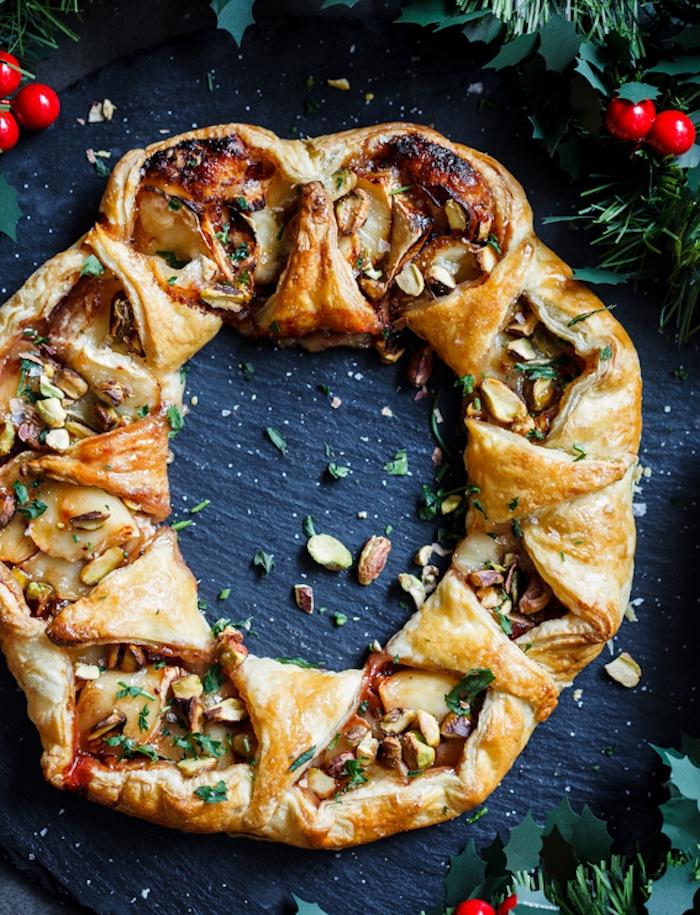 couronne de noel, apéro feuilleté au brie fromage, confiture de canneberges et pistaches, apero dinatoire facile pour 10 personnes