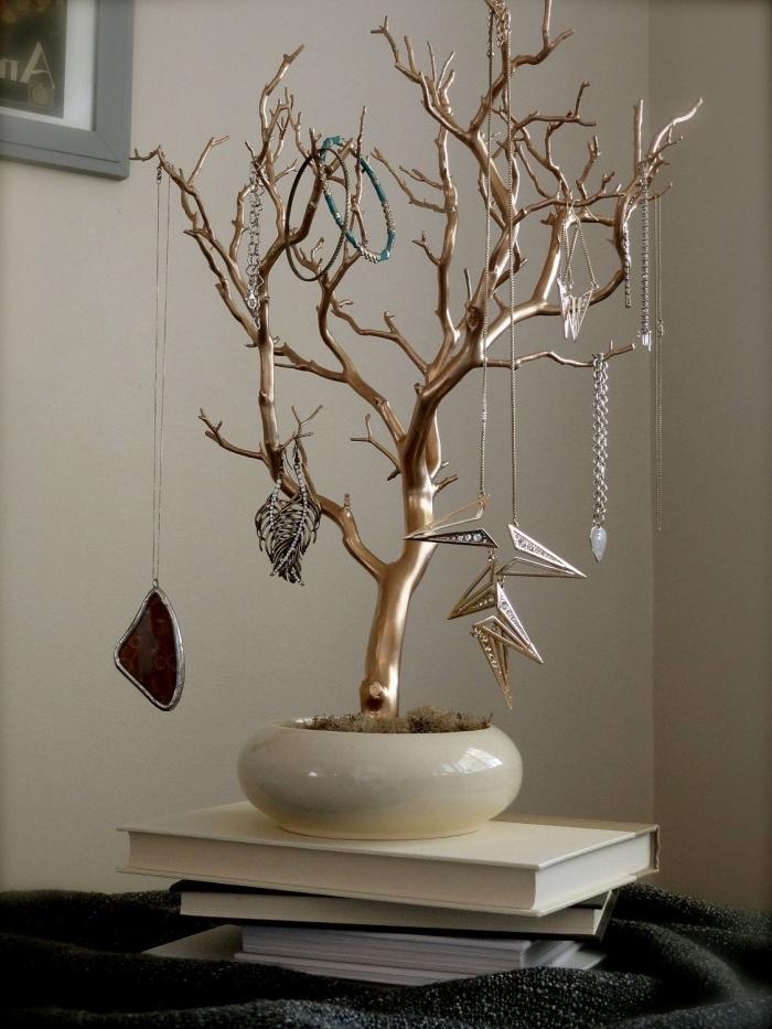 comment réaliser un arbre à bijoux facile, diy rangement pour bijoux fait main avec branche dorée dans un bol
