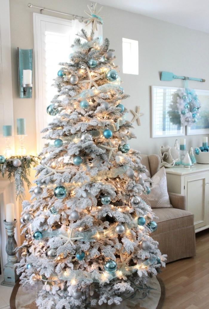 modèle de sapin enneigé décoré avec ornements turquoise et blanc, réaliser une décoration de Noël sur thème bord de mer