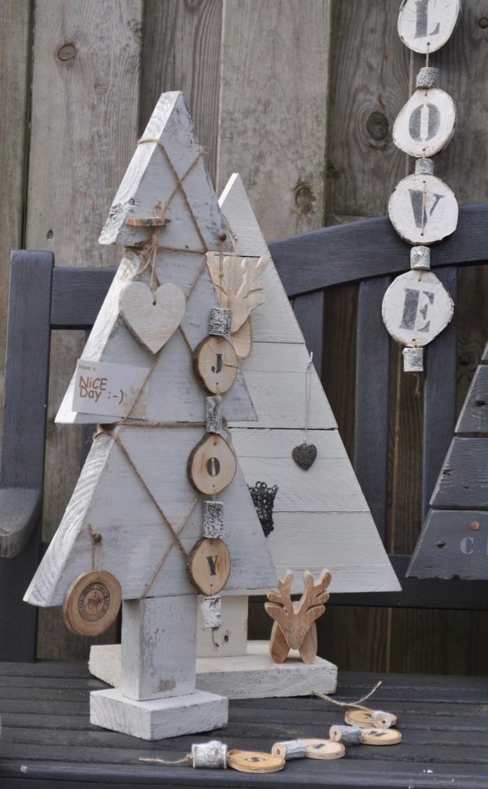 modèle de sapin de noel en bois fait main avec morceaux de bois repeint en gris et blanc à effet vintage et décoré avec ornements en bois