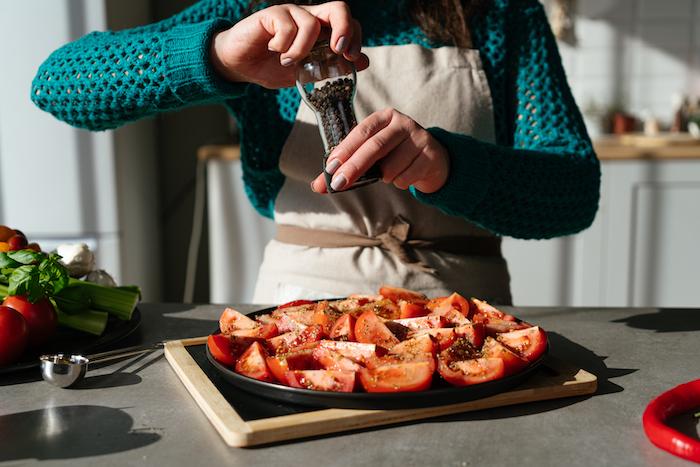 assaisonner les tomates de poivre et origan et enfourner, idee pour faire soupe a la tomate comme entrée soupe originale