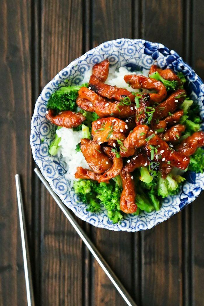 assiette avec canapé de riz et brocolis et viande bouchée glacées en top pour votre menu sain