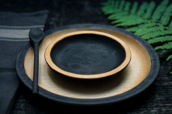 tendances vaisselle de style moderne et minimaliste, modèles d'assiettes rondes et plates à design bois et noir