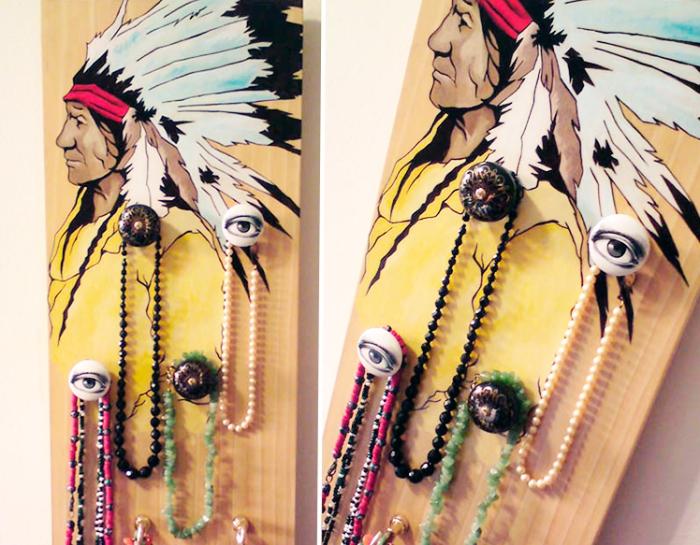 activité manuelle ado, fabriquer un porte bijoux sur planche bois, idée porte collier à accrocher sur un mur chambre ethnique