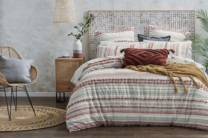 Idée déco chambre adulte, inspiration chambre grise design, avec quelle couleur associer le gris, rose et bleu pastel couverture de lit, chaise rotin, plantes vertes
