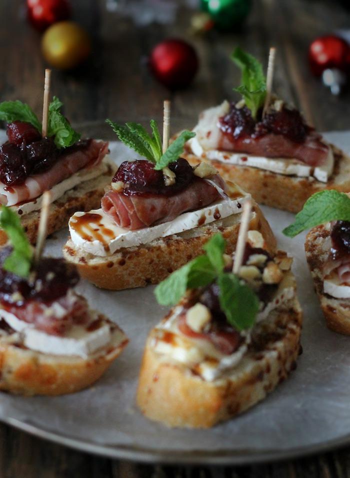 Savoureux aperitif de noel en pain de campagne, brie, jambon et fruit sec, comment préparer des antipasti simple recette
