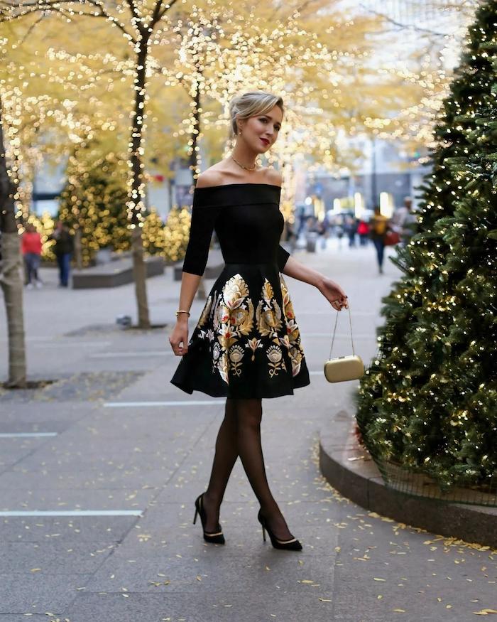 Robe noire avec détailles dorés et épaules dénudées, robe courte à manche longue, tenue noel chic, robe de soirée pour femme stylée