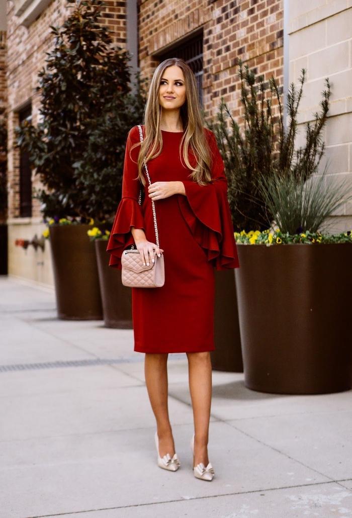 Rouge robe moulante avec grandes manches évasées, robe de noël rouge et chaussures à talon haut, comment s'habiller pour un diner festif