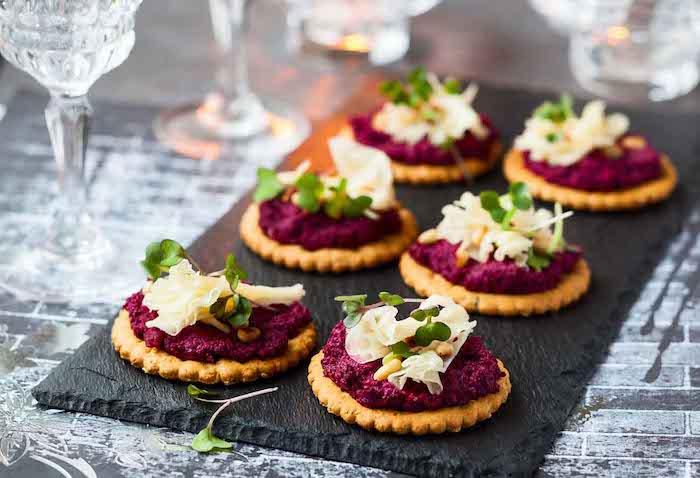 Betterave aperitif dinatoire noel sur biscuit craquelin, comment garnir une bruschetta délicieuse houmous de betterave