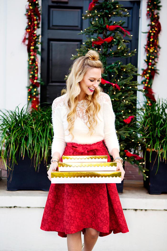 Jupe rouge et pull blanc avec dentelle, deux pièces robe pour noel, idée tenue de fete, saison festive, femme avec cadeaux dans la main