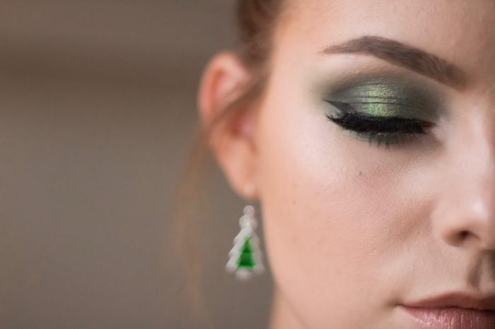 maquillage de soirée avec faux cils pour Noël, idée make-up Noel avec ombres à paupières vert et eye-liner noir