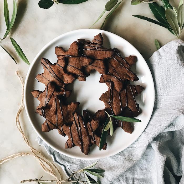 idee de recette sans gluten de sablés de noël en forme d etoile avec gingembre, cannelle, farine de pos chicje, chocolat noir pour decorer