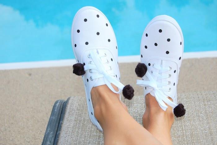 Points noires sur basket blanche et pompons sur les lacets des chaussures, peinture chaussure, originale idée pour customiser ses baskets