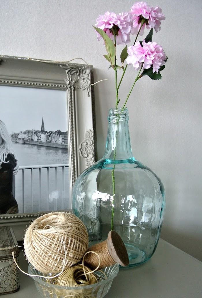Fleurs artificielles dans une grand vase décoration d'intérieur, déco salon salle à manger simple à faire
