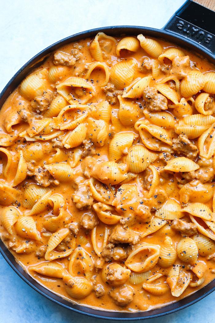 que est ce qu on mange ce soir idee, des pates psta au boeuf avec de la sauce tomate cremeuse