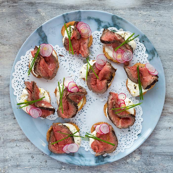 Viande sur fromage et radis pour déco, idée toast apéro, manger bouger, idée comment préparer le toast