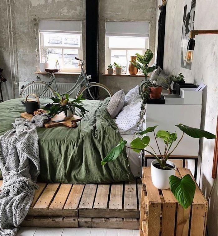 Industrielle chambre adulte deco, design d'intérieur gris et rose, palettes européens, bicyclette gris, lit avec verte couverture