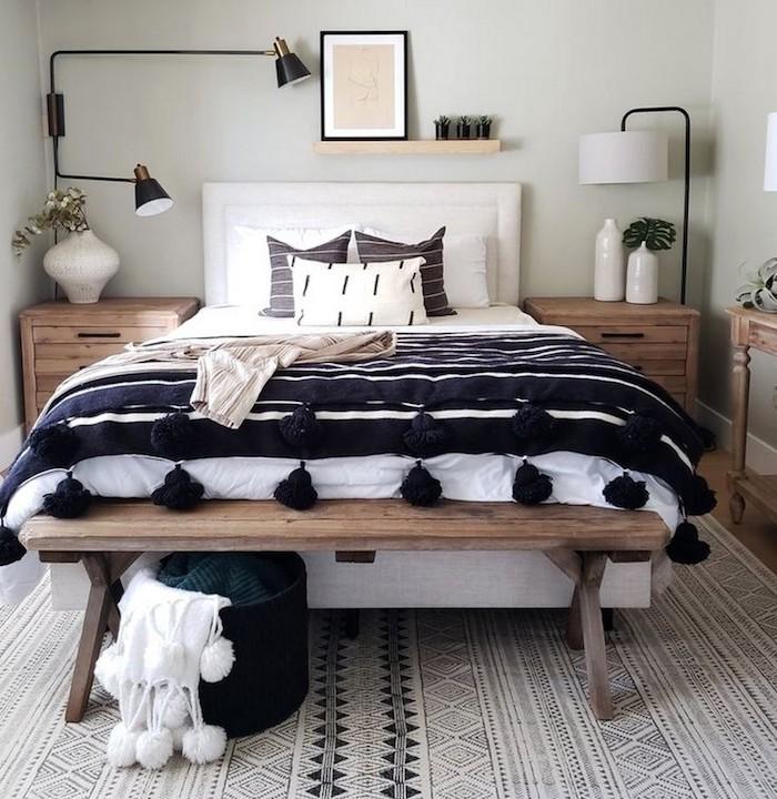 Bois chambre noir et blanc, comment décorer sa chambre grise, couverture bleu foncé et blanc et gris