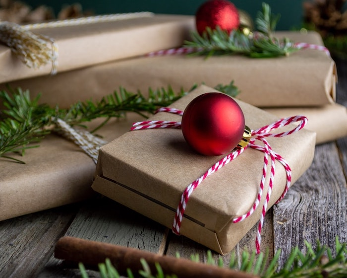 Cadeaux joliment emballés, belle image noel 2019, photo sapin de noel, boule de noel rouge