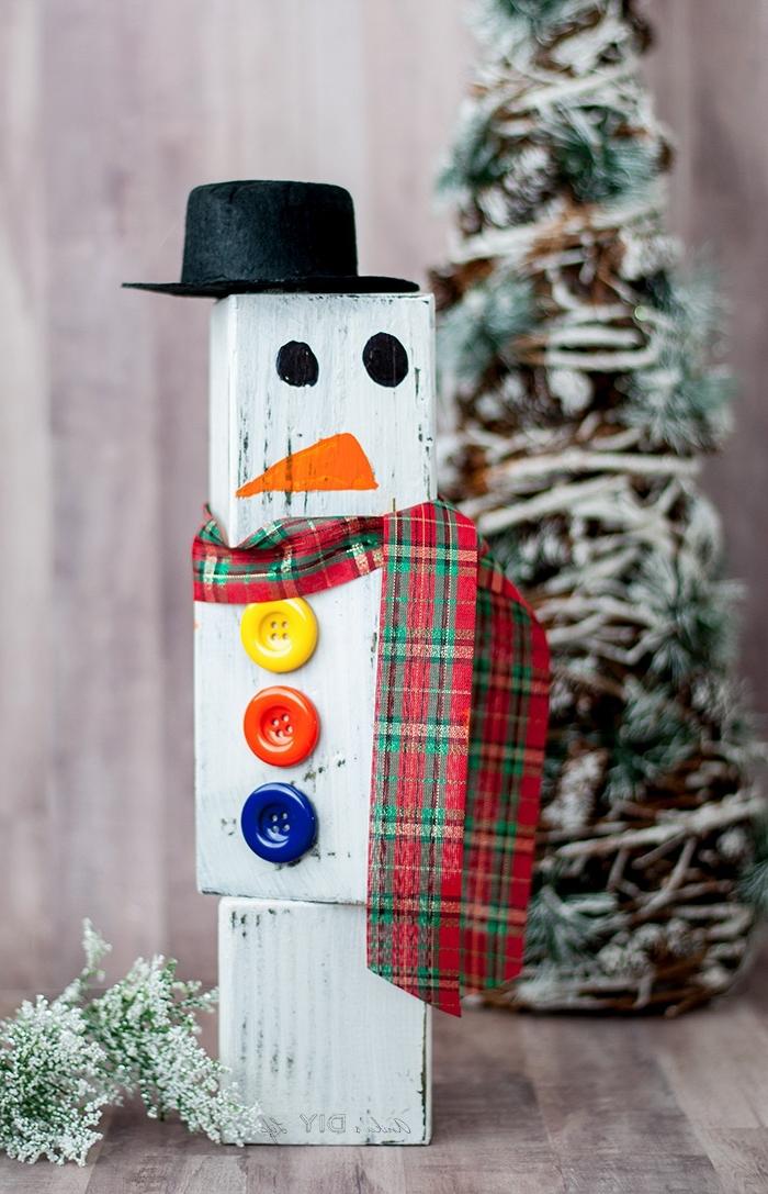 idée bricolage noel facile, comment faire un bonhomme de neige en cubes de bois avec boutons et écharpe en ruban carreaux