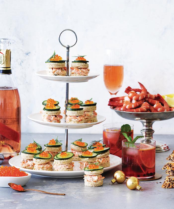 Assiette à étages, 3 niveaux amuse bouche noel, concombre et caviar toasts de noël pour impressionner ses invités