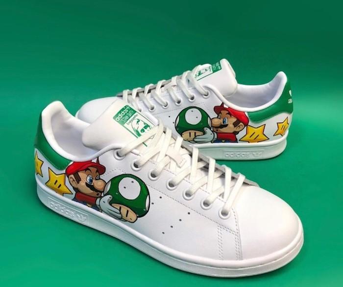 Super Mario et la le champignon vert chaussure personnalisable, inspiration adidas à personnaliser soi meme, stan smith paire de chaussures avec dessin de mario