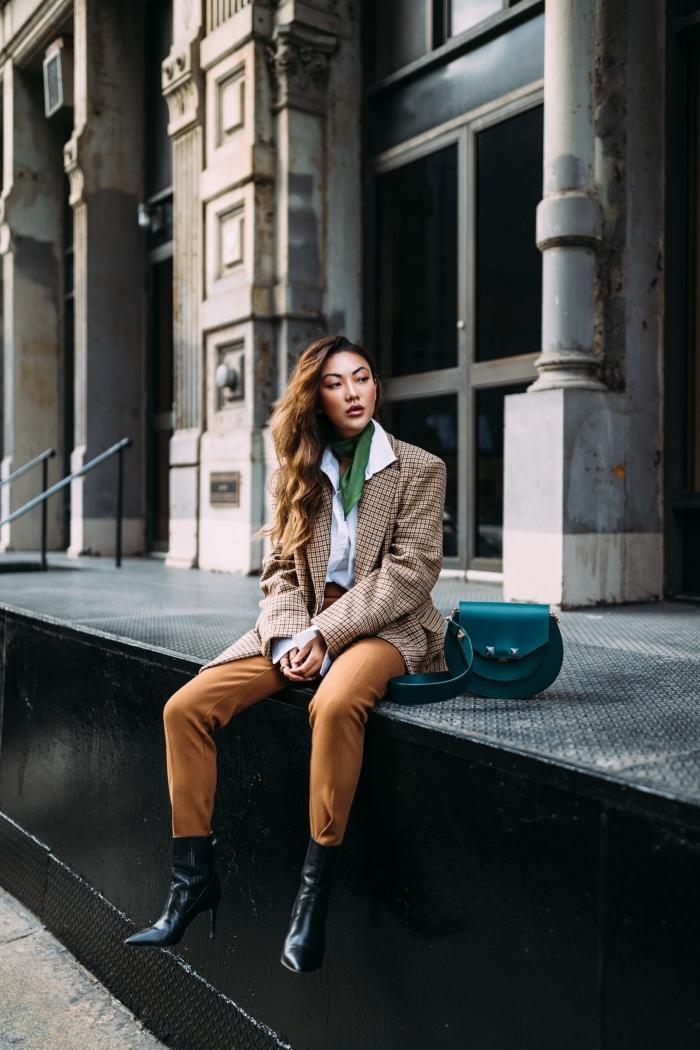vetement femme tendance hiver, comment bien s'habiller en pantalon camel et blazer beige avec accessoire vert
