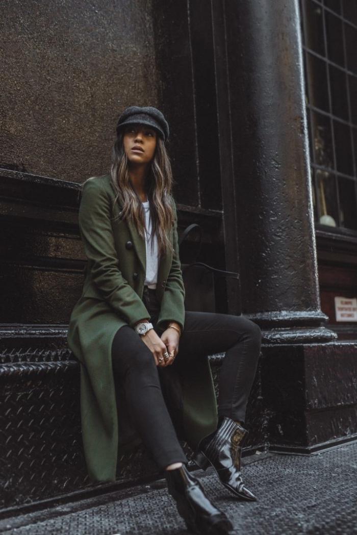 tenue hiver femme stylée en noir et blanc avec manteau vert foncé, style vestimentaire femme au travail en vetement femme tendance